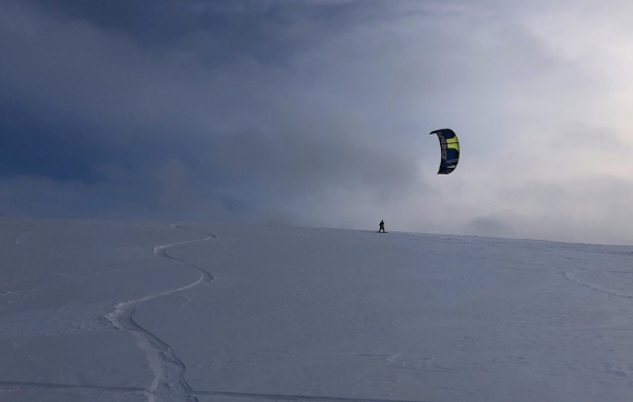 Povrch, vítr, modré fleky nad náma...
