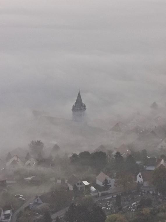 Dole hnus, mlha všude...